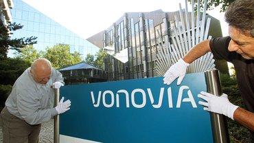 Gewerkschafter sind bei Vonovia nicht gern gesehen – Aufhängung des neuen Firmenschilds bei Vonovia nach der Umfirmierung der Deutschen Annington am 2. September 2015 in Bochum vor der Firmenzentrale