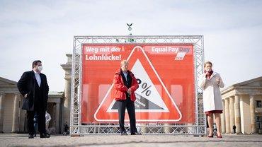 DGB-Vorsitzender Reiner Hoffmann (M), Franziska Giffey (SPD), Bundesministerin für Familie, Senioren, Frauen und Jugend, und Hubertus Heil (l, SPD), Bundesminister für Arbeit und Soziales, nehmen am Brandenburger Tor in Berlin an einer Aktion des Deutschen Gewerkschaftsbundes (DGB) zum Equal Pay Day teil