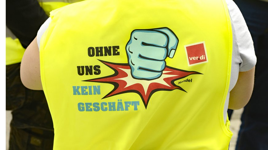 Ohne uns kein Geschäft! Kampagnenlogo auf einer Warnweste beim Streik
